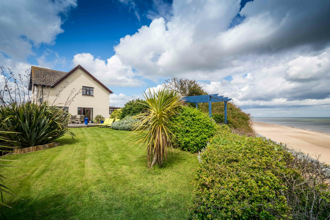 Norfolk holiday cottage next to sandy beach, stunning sea views